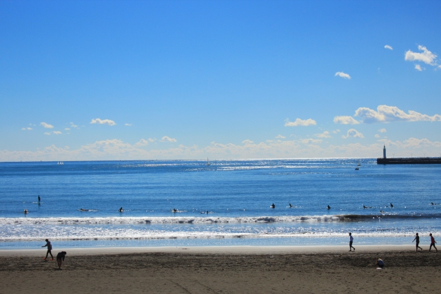 海でサーフィンをしている風景