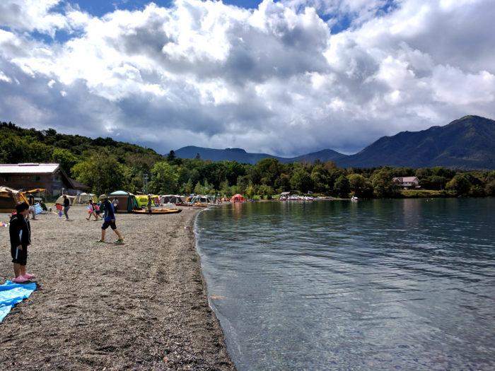 川辺でのキャンプ風景