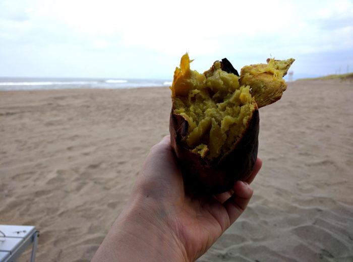 海岸で食べるサツマイモ