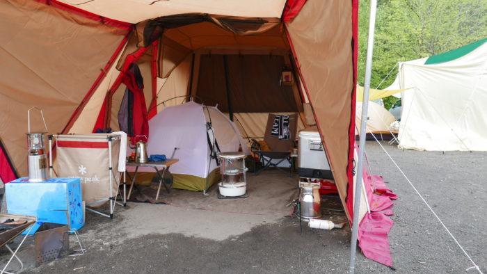 大きなタープの中にテントがある