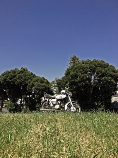 草原にあるバイク