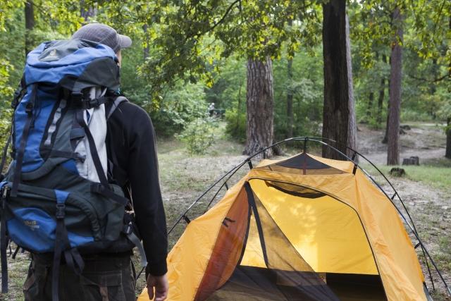 テントの前にいる人