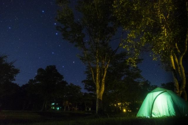 夜のキャンプ場とテント