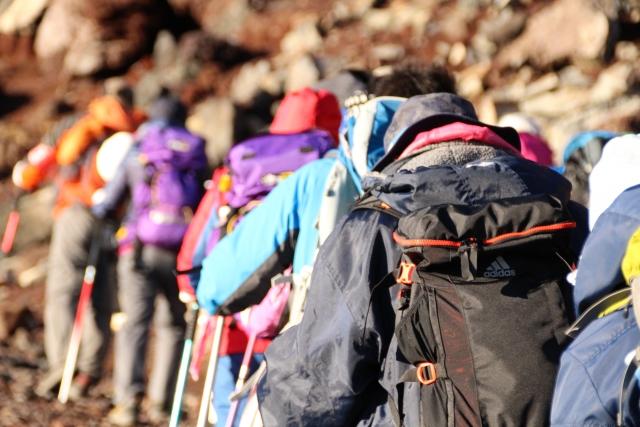 登山する人の列