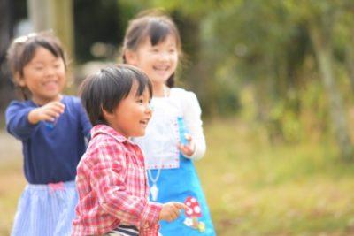 楽しく遊んでいる子供たち