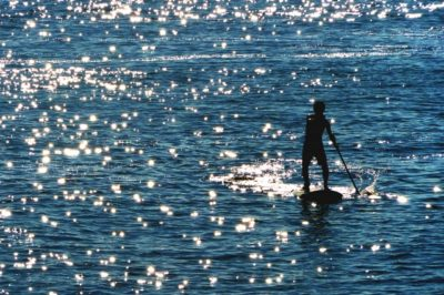 スタンドアップパドルサーフィンをする人
