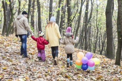 家族で秋の森林を歩く