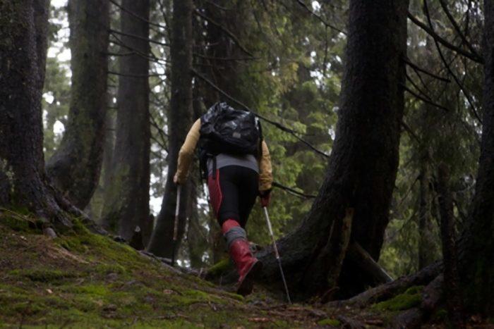 山を歩く赤い長靴の女性1