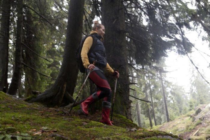 山を歩く赤い長靴の女性3