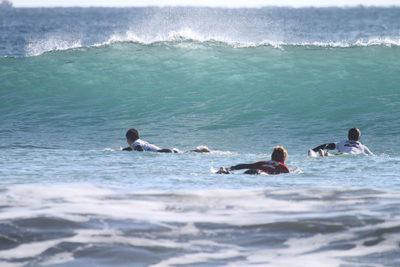 サーフィンする人たち